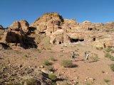Zvětrávající hrobky ve starověkém skalním městě Petra.