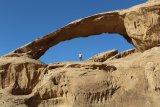 Perfektně vyvinuté skalní brány jižně od Vádí Rúm.