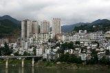 Typické město ve střední Číně. Paneláky a hory v okolí...