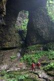 Skalní okno na dně mohutného závrtu u neprozkoumané jeskyně Boniukeng.