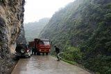 Problém s úzkou silnicí v horách.