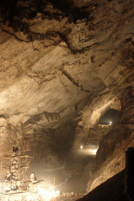 Dafodong (Jeskyně velký budha), která je nyní zpřístupňpvaná pro turisty. Velikost prostory: 250 x 8