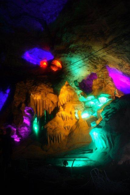 Číňané si ve zpřístupněných jeskyních potrpí na pestré barvy. Jeskyně Dafodong.