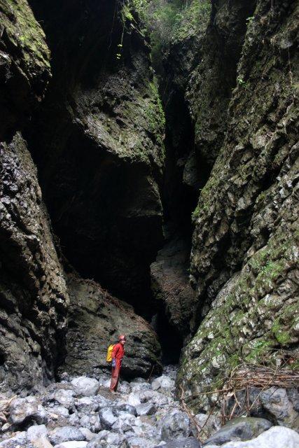 Kaňonovitý vchod do zkoumané jeskyně Xiaoshuidong.