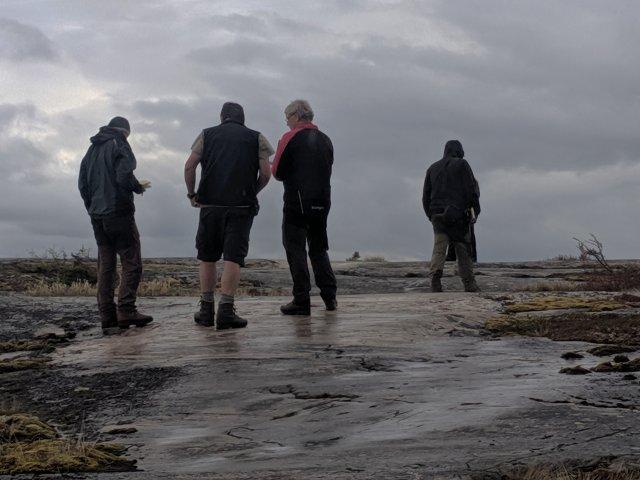 Porada týmu nad výchozem (zleva Lukáš Ackerman, Jirka Žák, Vašek Kachlík, Filip Tomek a zakrytý Fran